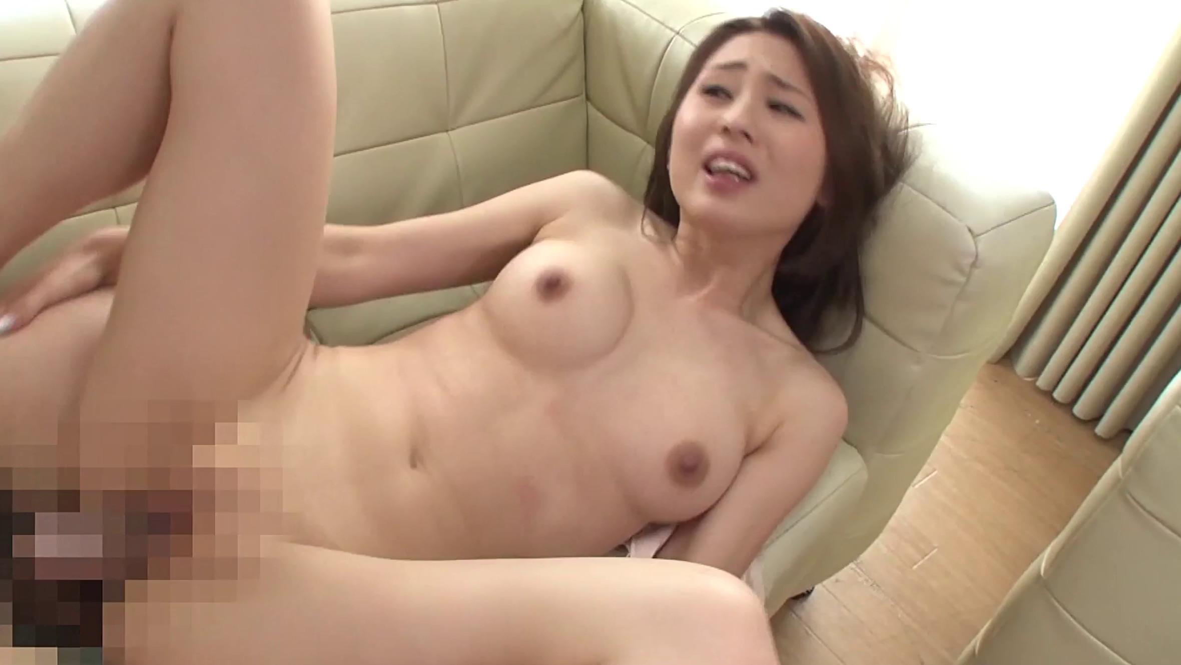 美しい義母が義息とソファで正常位SEXをしている場面