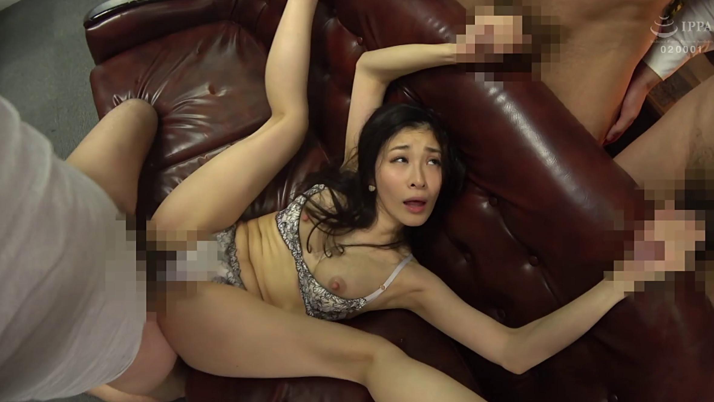 米倉穂香さんがソファで正常位でSEXしながら2本のチンポを手コキしているシーン