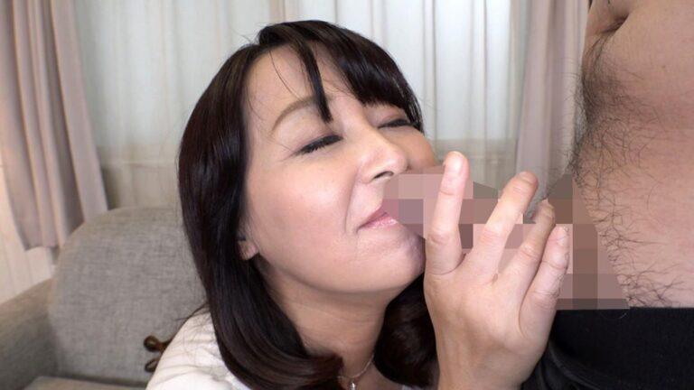 紀子さんが男優のチンポのにおいを嬉しそうに嗅いでいるシーン