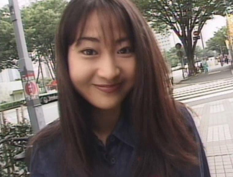 若菜瀬奈ちゃんがカメラ目線で笑顔を見せてくれている画像