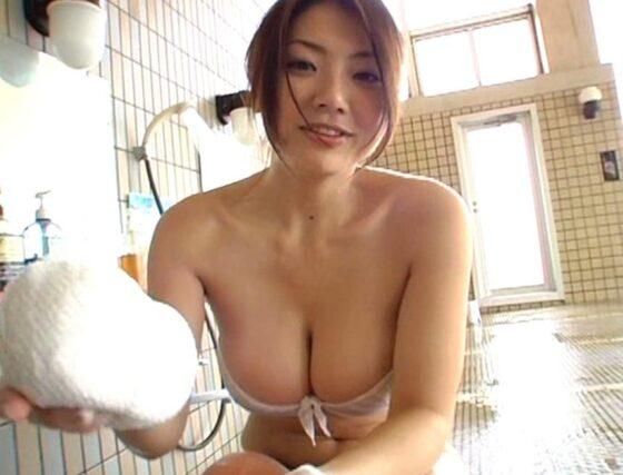 相澤仁美ちゃんが水着姿でお風呂場を掃除している画像