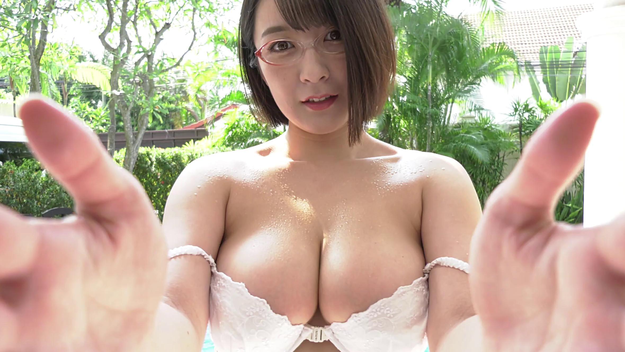紺野栞ちゃんが100cmのHカップ爆乳の谷間を披露している画像