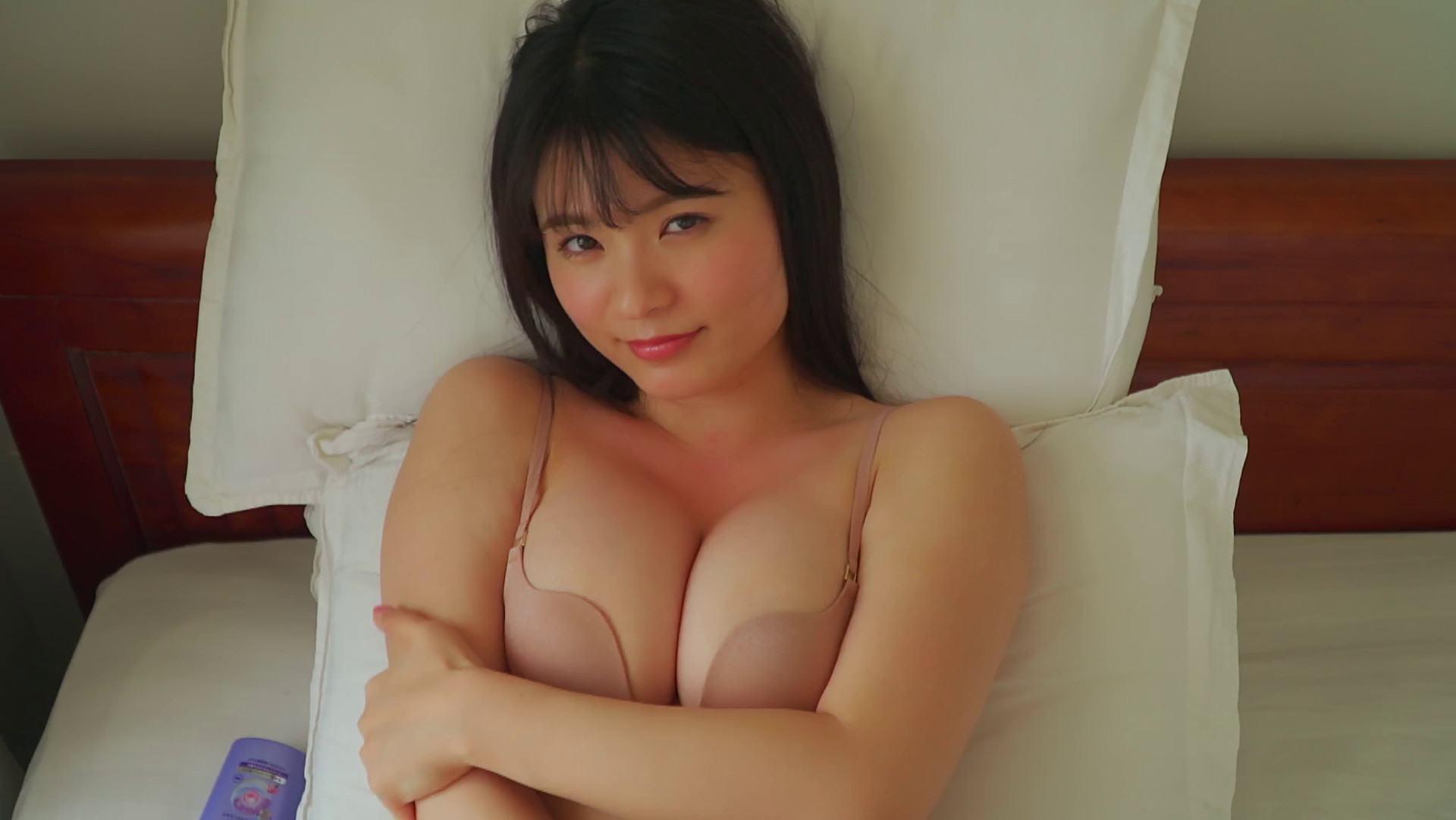 グラドルの星名美津紀ちゃんが3月発売の新作イメビでセクシーポーズをして巨乳谷間を披露している画像