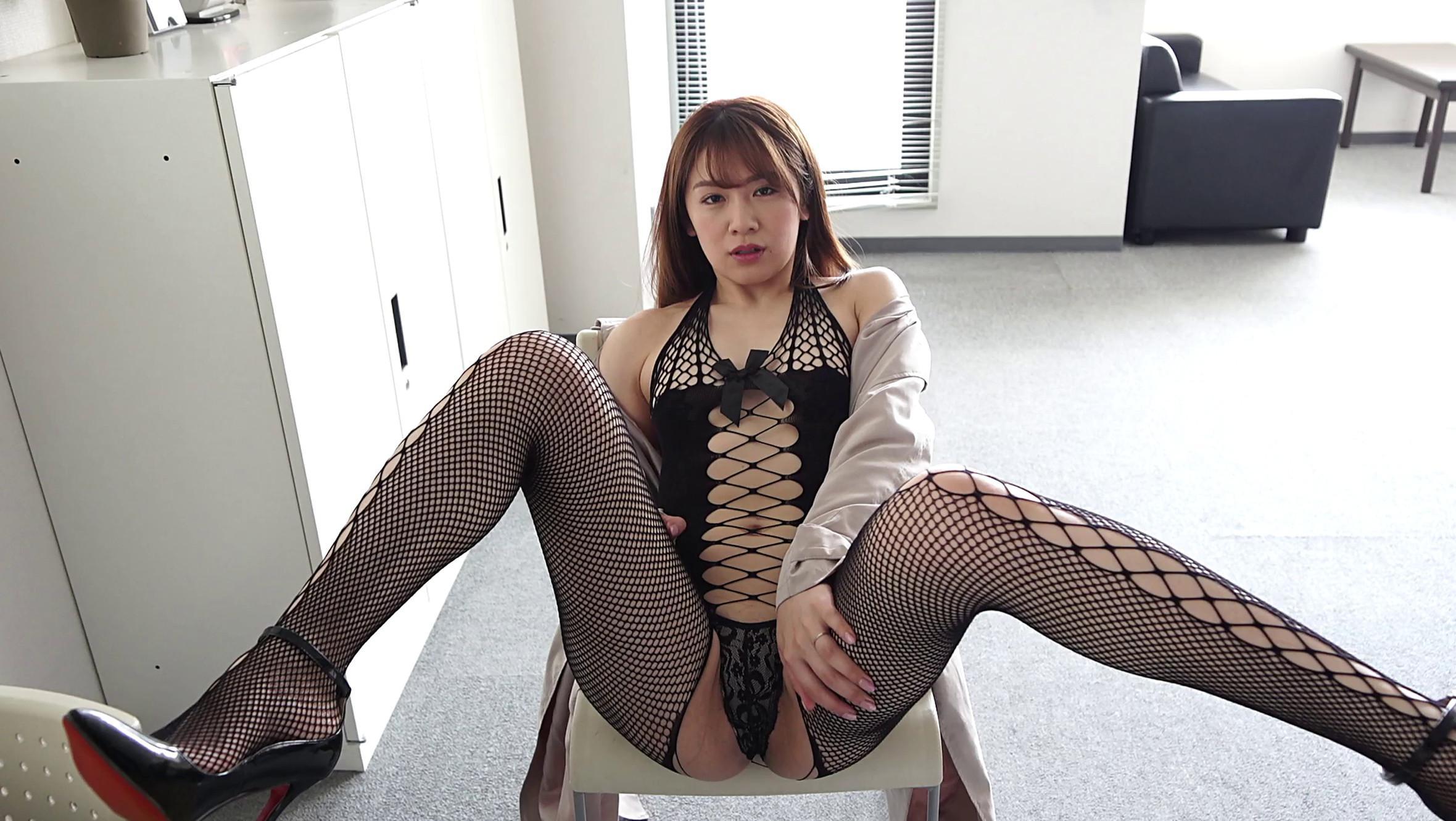 金山睦ちゃんがエロ過ぎる網タイツ衣装を着ている画像