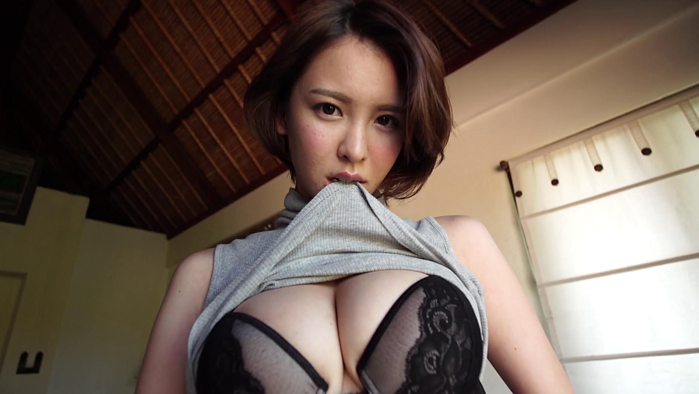 奈月セナちゃんが服を脱いで89cmのGカップ巨乳を披露している画像