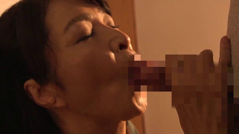 人気熟女AV女優・北村敏世さんが愛おしそうに娘婿のチンポをフェラしている画像