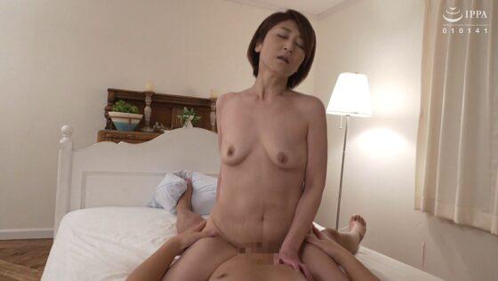 五十路妻の高橋美園さんが騎乗位SEXで感じている画像