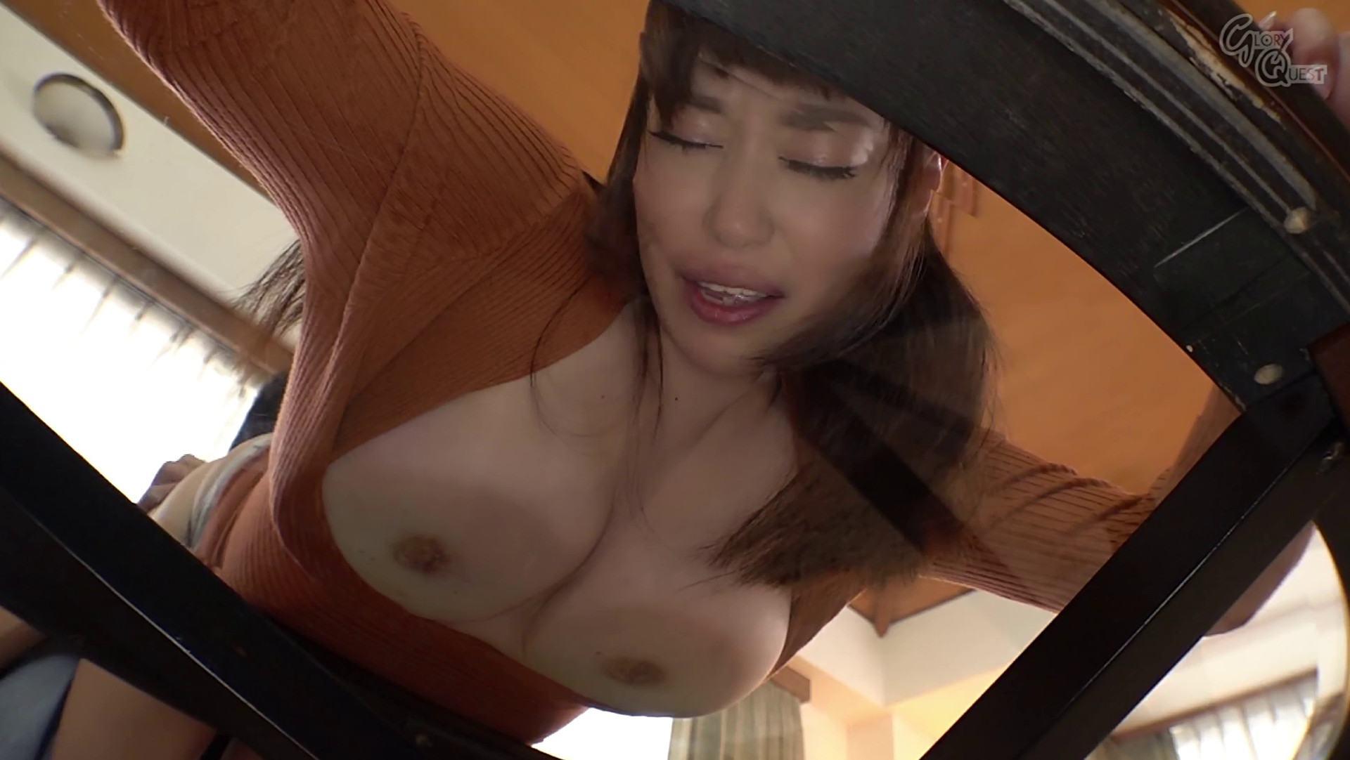 人気熟女AV女優の中西江梨子さんがガラステーブルに爆乳を押し付けながらバックで娘婿とSEXしている画像