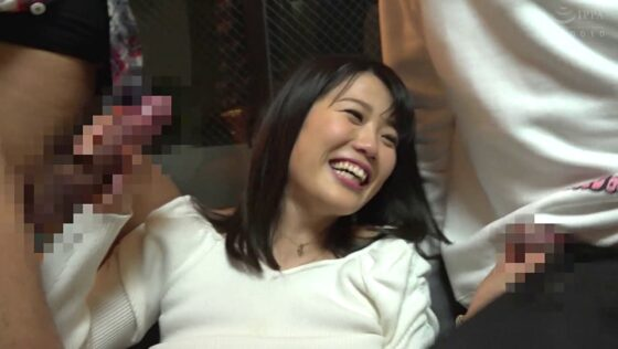 旦那が返ってくるまで時間がなくなった佐知子ちゃんが嬉しそうに男のチンポを手コキしている画像