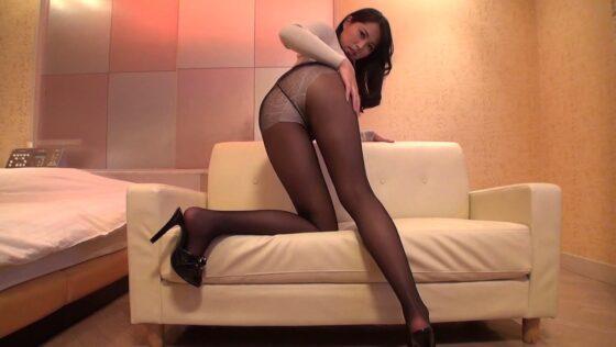 セクシーな女の子が黒パンストを穿いて美脚を披露している画像