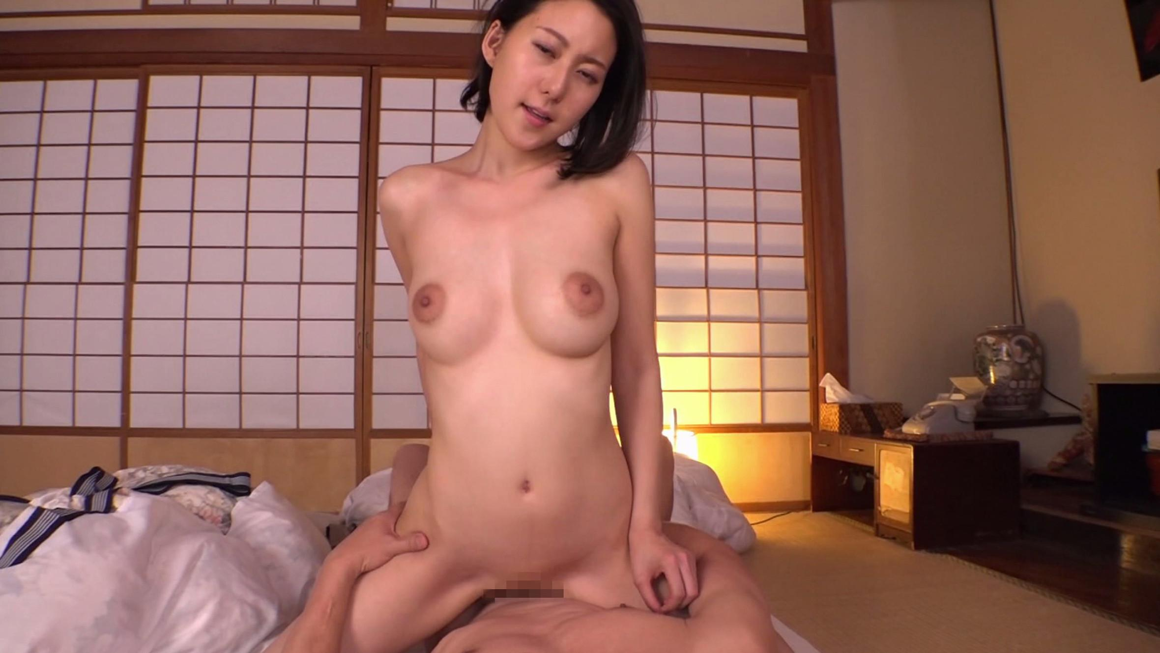 人気AV女優の松下紗栄子ちゃんのエッチな乳輪も楽しめる騎乗位でSEXしている画像