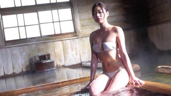 グラドルの大貫彩香ちゃんが水着で温泉に入っている画像
