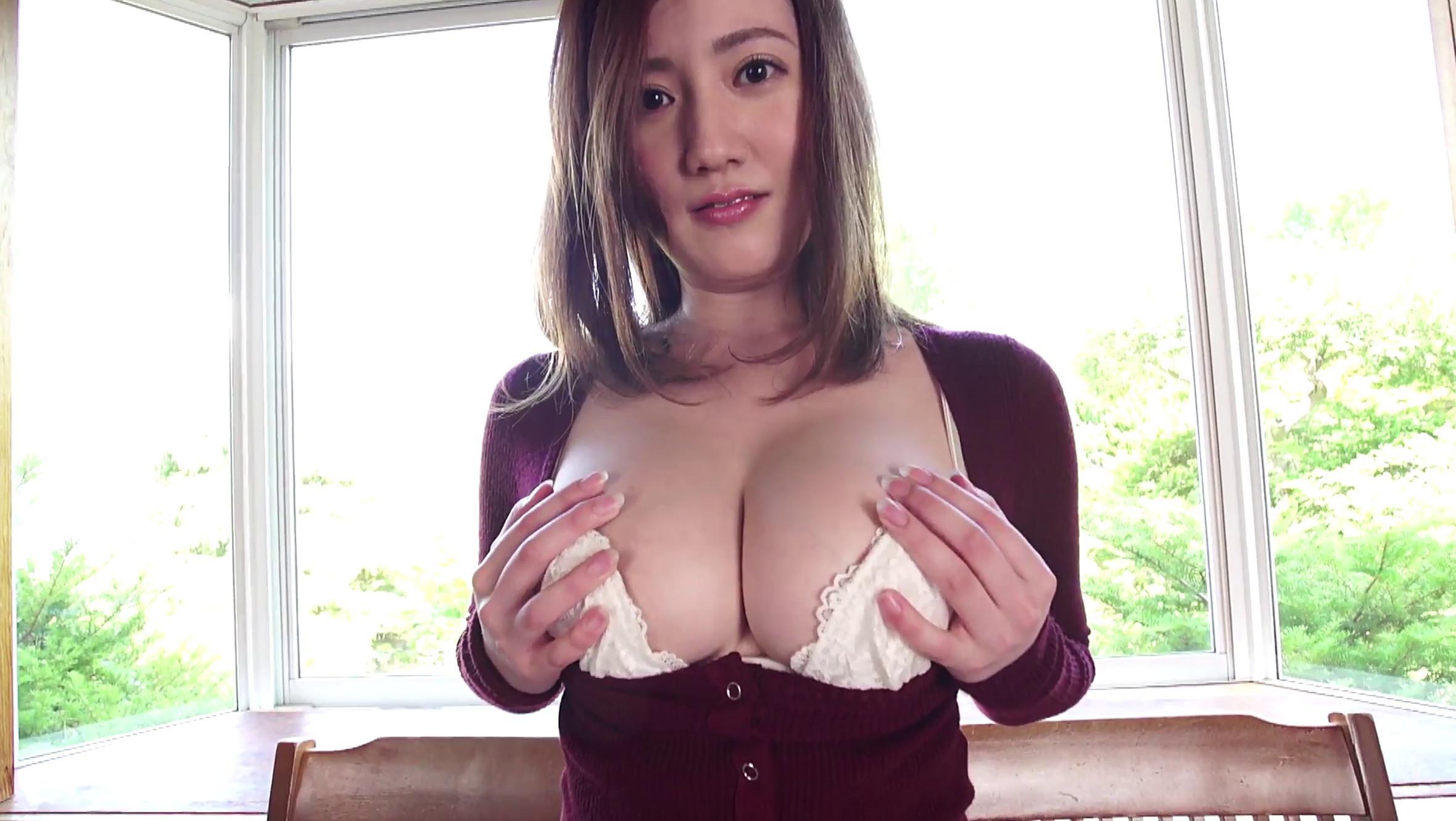 グラドルの草野綾ちゃんが白下着で87cmのGカップ巨乳を披露している画像