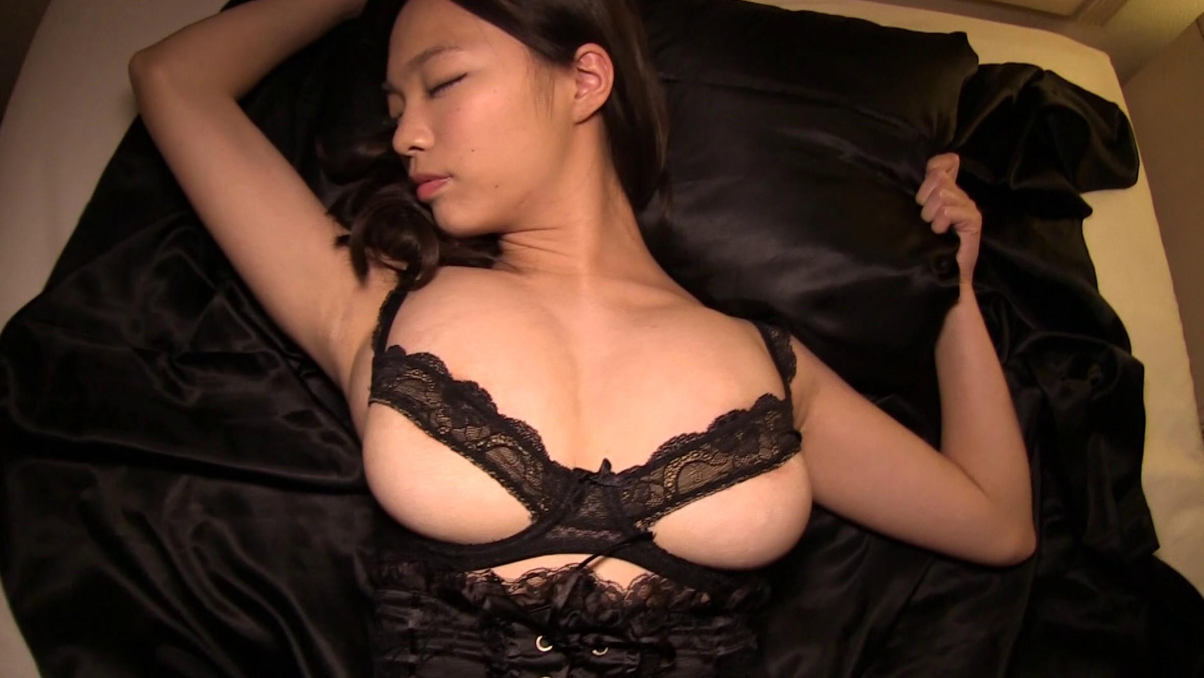 グラドルの鷹羽澪ちゃんが99cmIカップ爆乳の乳輪見えちゃいそうなセクシー衣装を着ている画像