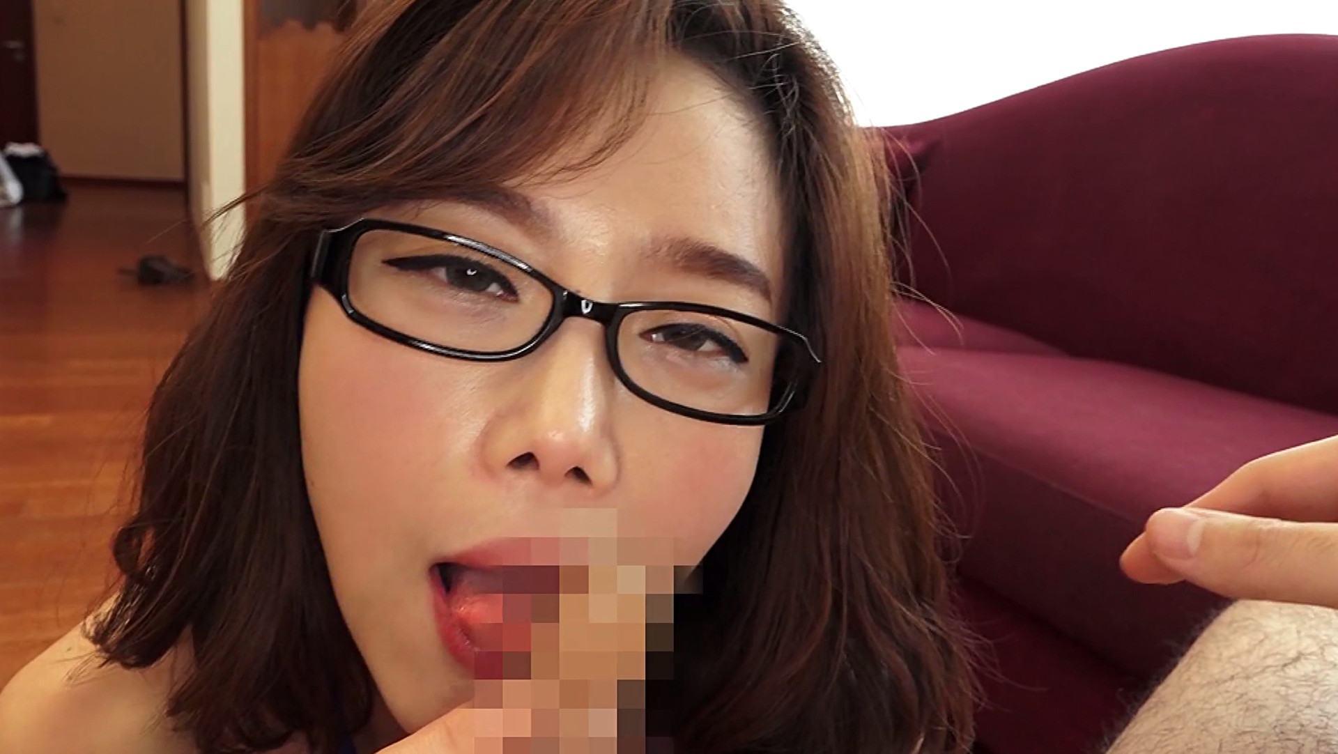 韓国美女のチェリンちゃんがカメラ目線でフェラをしている画像