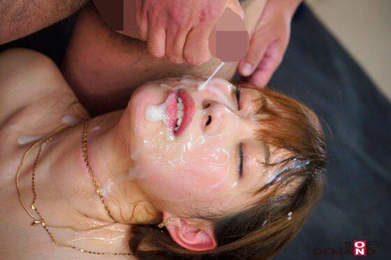 人気AV女優の美谷朱里ちゃんが大量のザーメンをぶっかけられてる画像