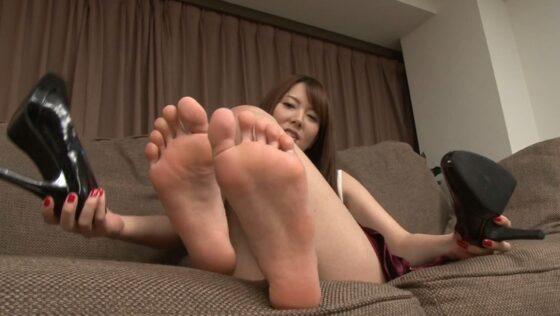 女の子がソファで足裏を見せている画像