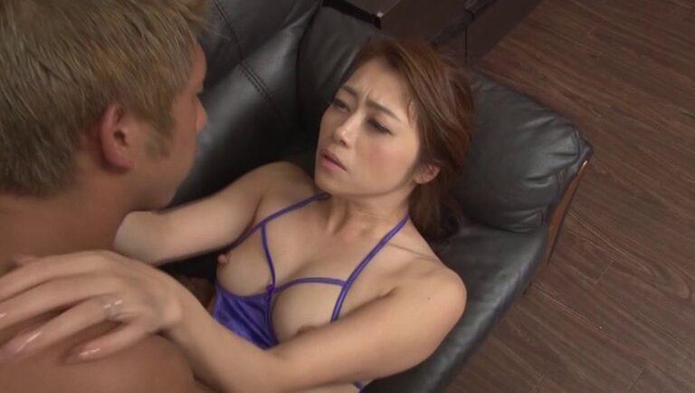 美熟女AV女優の北条麻妃さんがソファで正常位SEXしている画像