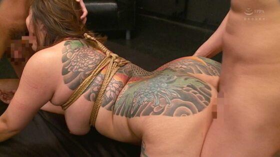 背中に鯉の刺青を入れたぼたんさんが後背位で3Pセックスをしている画像