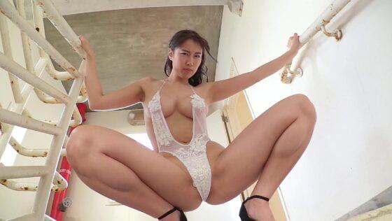 グラビアアイドルの爽香(藤堂さやか)ちゃんがセクシーな水着で肉感ボディを披露している画像