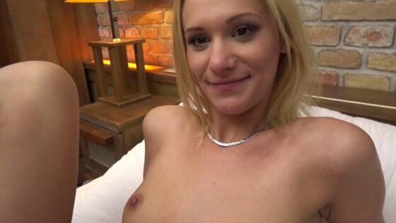 東欧系白人の女子大生パメラちゃんがヌードになってカメラに向かって微笑んでいる画像