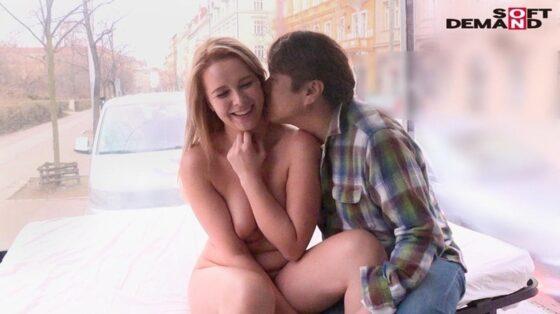 マジックミラー号 in ヨーロッパで日本人にキスされて嬉しそうにしている欧州美女の画像