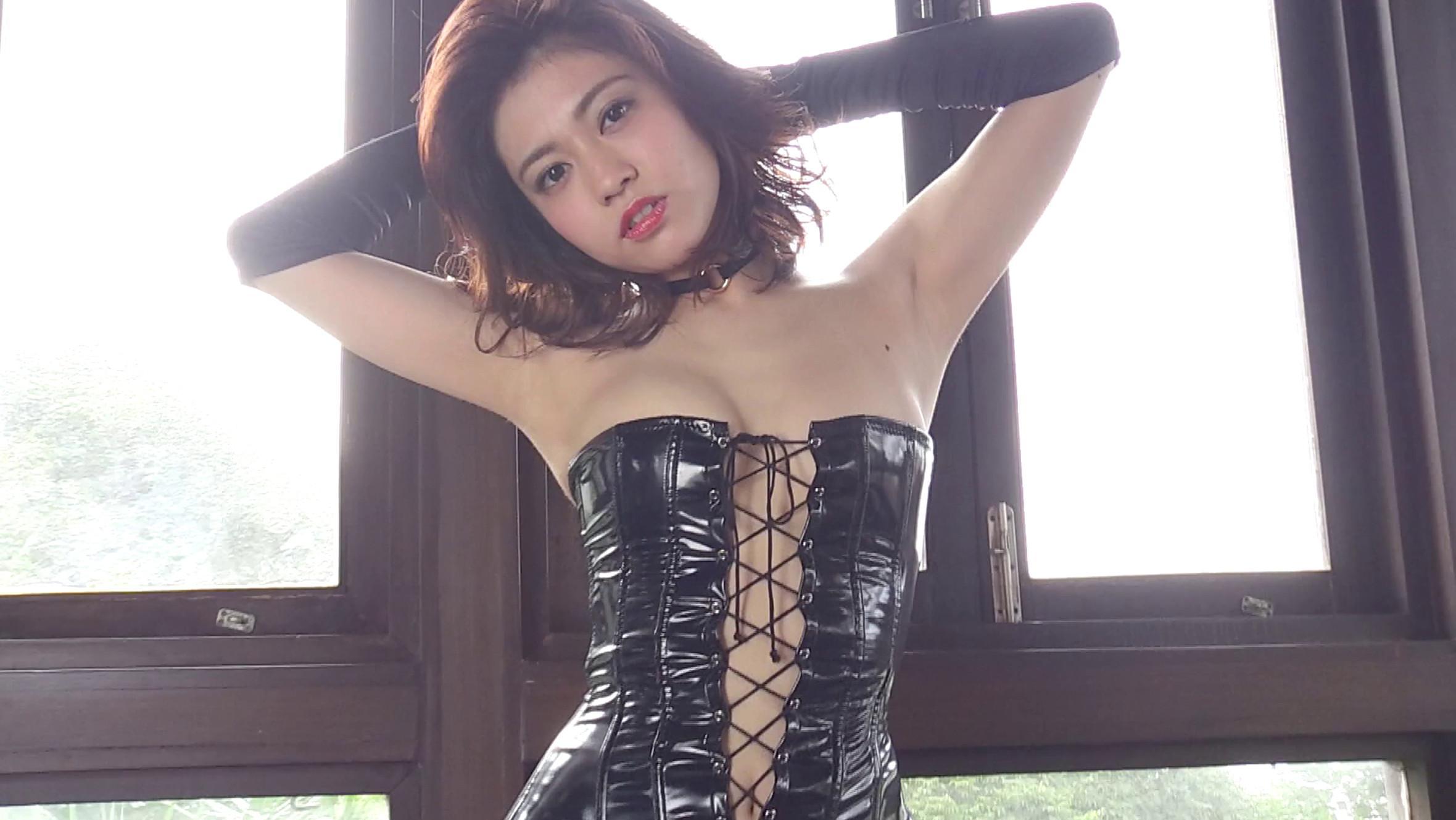 グラドルの大澤玲美ちゃんがセクシーなコスセット衣装を着用している画像