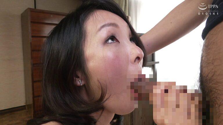 美熟女な人妻・川嶋穂花さんが初撮りAVでフェラをしている画像