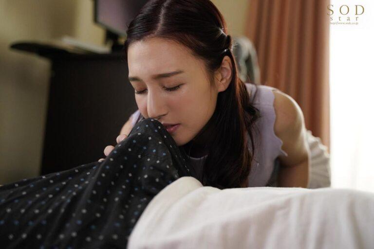 人気AV女優の古川いおりちゃんが義理の息子の朝立ちチンポの匂いを嗅いで興奮している画像