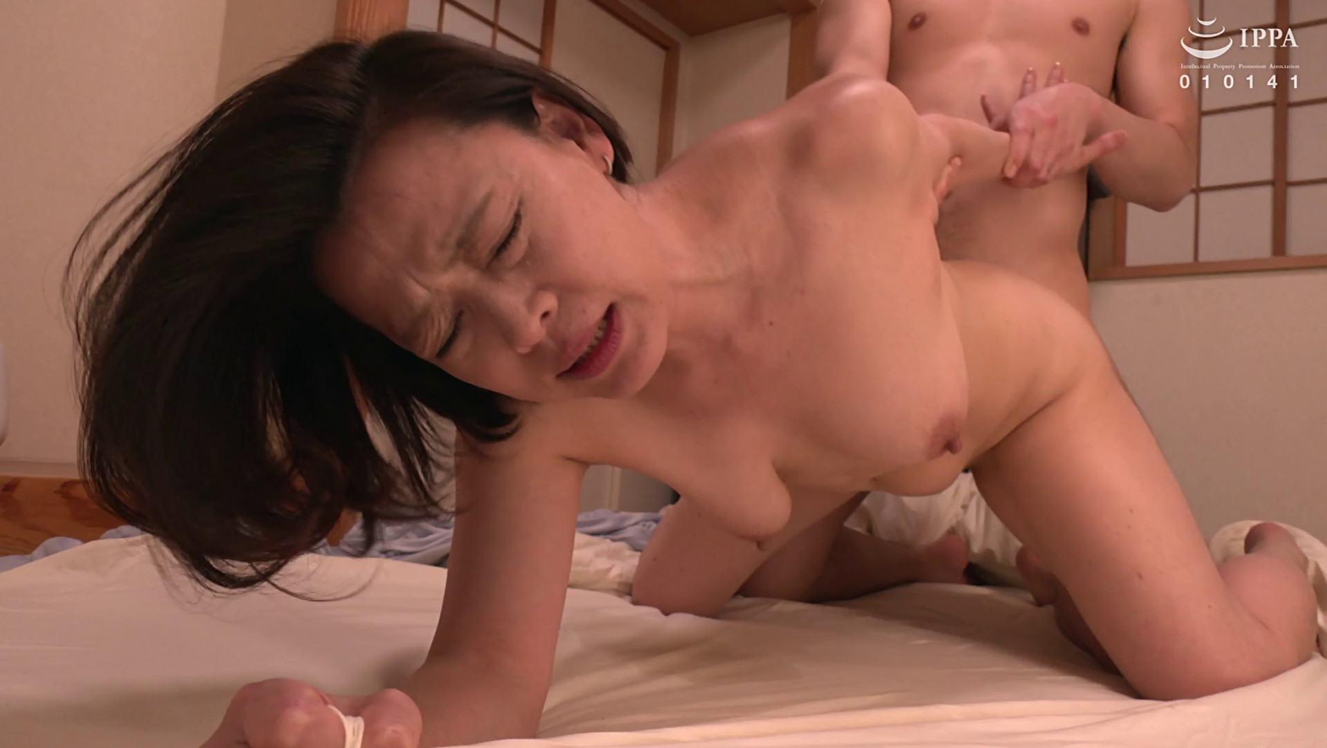 美しい姑となった熟女AV女優・真矢織江さんが後背位で娘の夫とエッチしている画像
