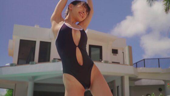 グラドルの牧野澪菜ちゃんが胸とお腹が空いた変形デザインの競泳水着を着用している新作イメビの画像