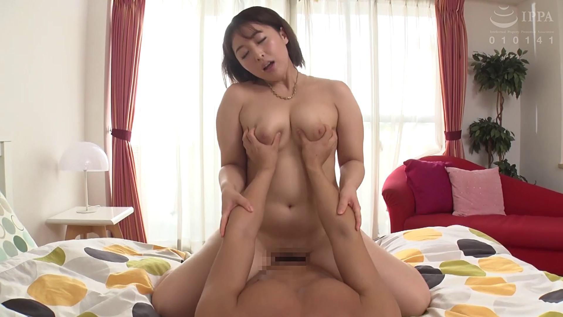 人気AV女優の篠崎かんなちゃんがオッパイを鷲掴みされながら騎乗位でSEXをしている画像