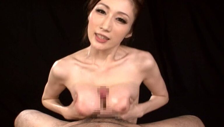 AV女優JULIAちゃんがJカップの美爆乳でパイズリをしているエロ画像