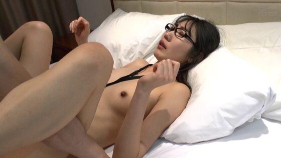 知的な黒髪眼鏡の韓国人美女セーヒちゃんが正常位でエッチしているエロ画像