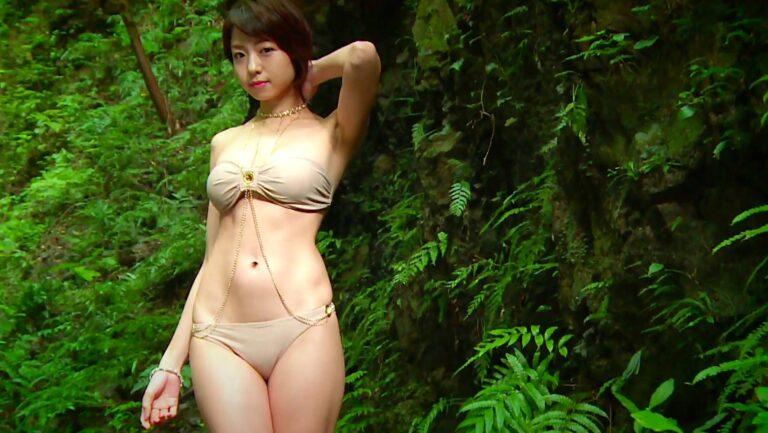 グラビアアイドル中村静香ちゃんが大自然の中で水着姿を披露しているエロ画像