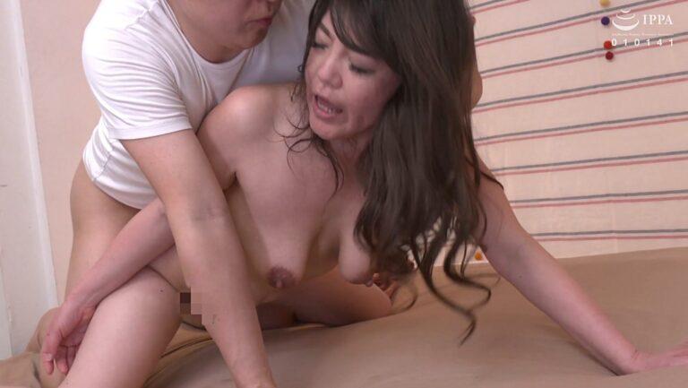 熟女の倉木仁美さんが「初撮り人妻ドキュメント」で後背位SEXしているエロ画像