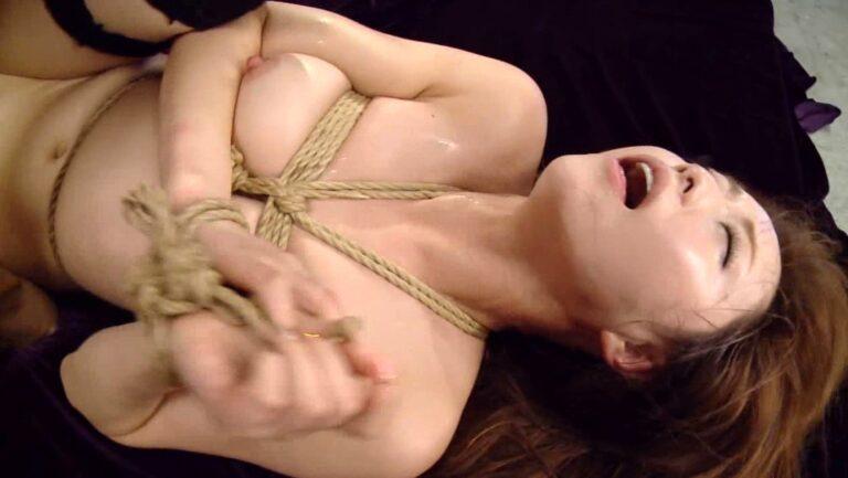 人気AV女優あきほちゃんが緊縛されて正常位SEXしているエロ画像