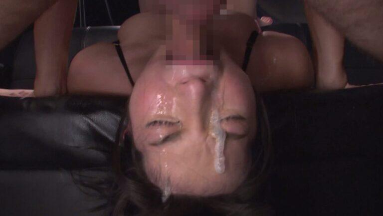 女の子が涎をダラダラ流しながらイラマチオをしているエロ画像