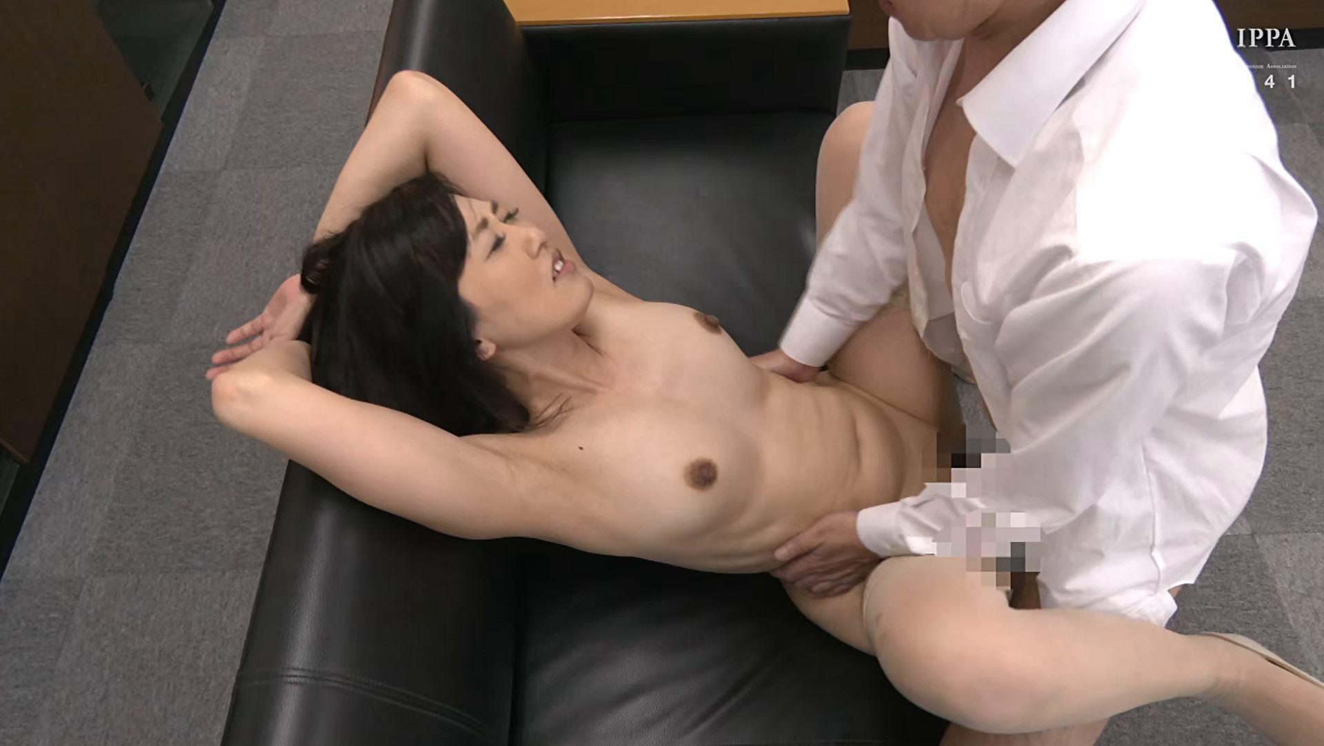 熟女AV女優の福富りょうさんが「初撮り五十路妻、ふたたび。」で正常位SEXしているエロ画像
