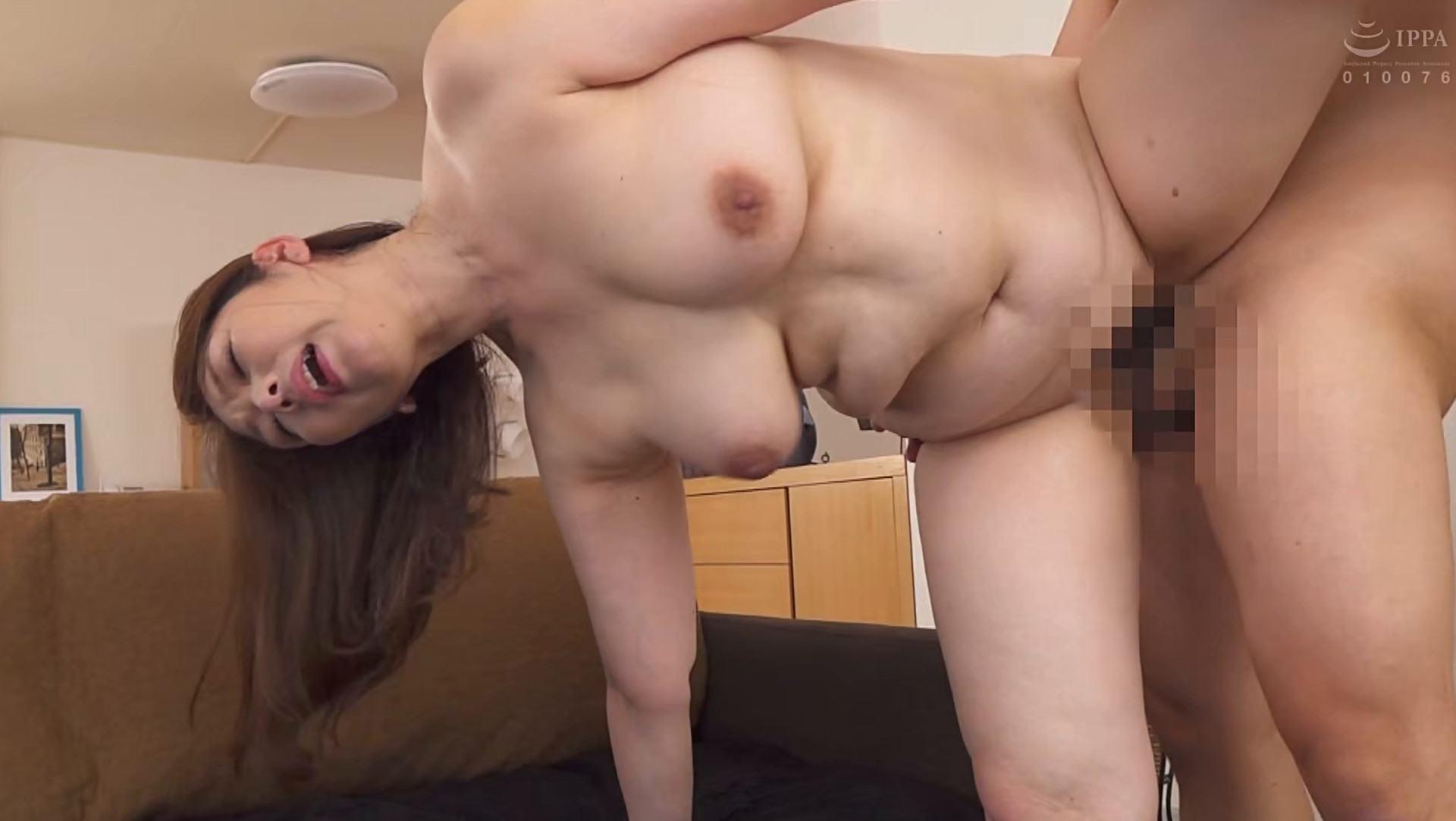 美熟女AV女優・翔田千里さんが「兄の妻」で立ちバックSEXしているエロ画像