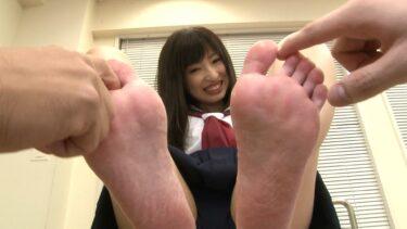 可愛い女の子が足裏を披露しているエロ画像