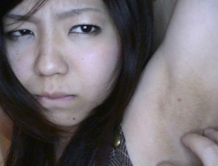 女の子が腋を触られて恥ずかしそうにしているフェチ向けAVのエロ画像