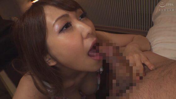 AV女優・叶ユリアちゃんが「美くびれボディHカップ」で愛人のチンポをフェラしているエロ画像