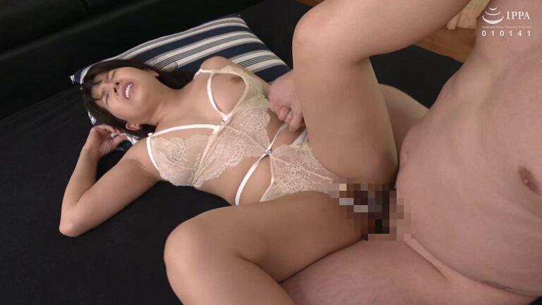 四十路熟女の高村友佳子さんが「初撮り人妻ドキュメント」でセクシーな下着姿で正常位SEXしているエロ画像