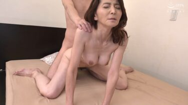 スレンダー熟女の御崎千景さんが「初撮り五十路妻ドキュメント」が四つん這いバックでSEXしているエロ画像