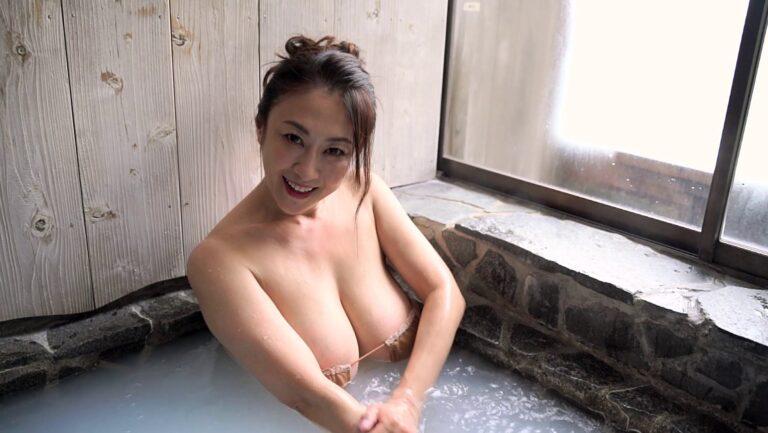 20年9月のイメビ人気ランキングで1位に輝いた沢地優佳さんが温泉に入っている画像