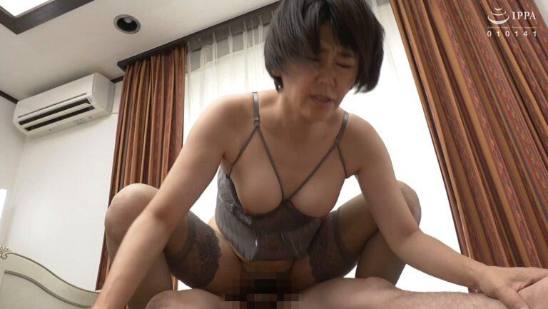 熟女の青山深雪さんが「初撮り五十路妻ドキュメント」で騎乗位SEXをしているエロ画像