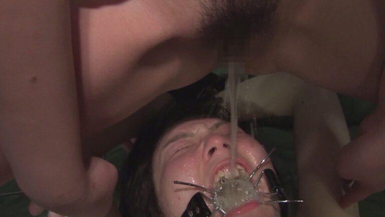 女の子が顔騎して女の子におしっこを飲ませているレズ飲尿AVの画像