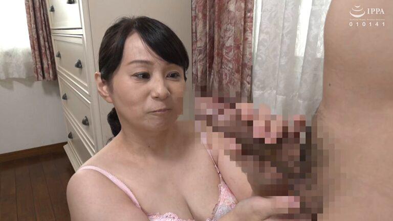 熟女・田淵いずみさんが「初撮り五十路妻ドキュメント」で手コキをしているエロ画像