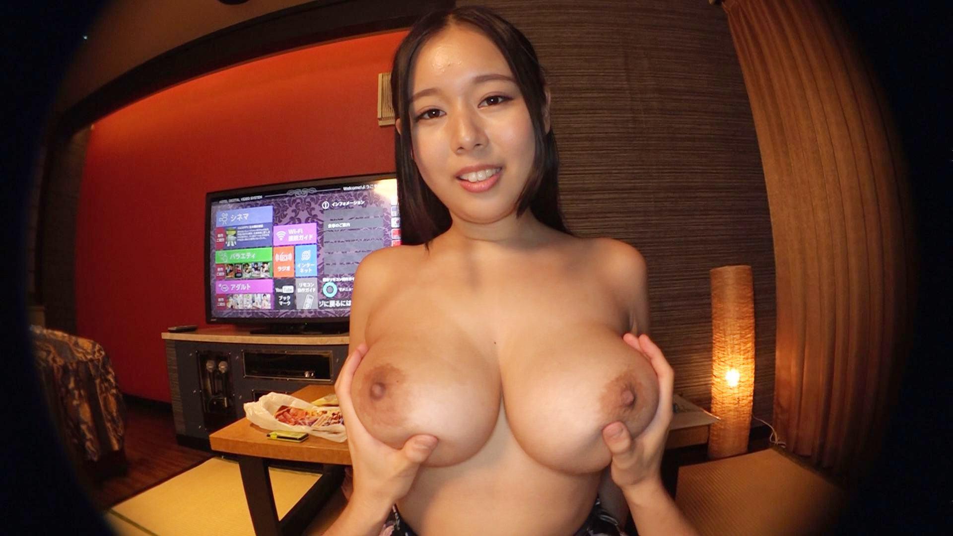 人気AV女優・塚田詩織ちゃんの「プライベートおっパブ」でJカップ爆乳を揉まれているエロ画像